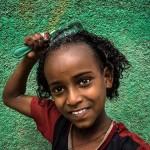 Etiopia-bimba-lava-i-capelli